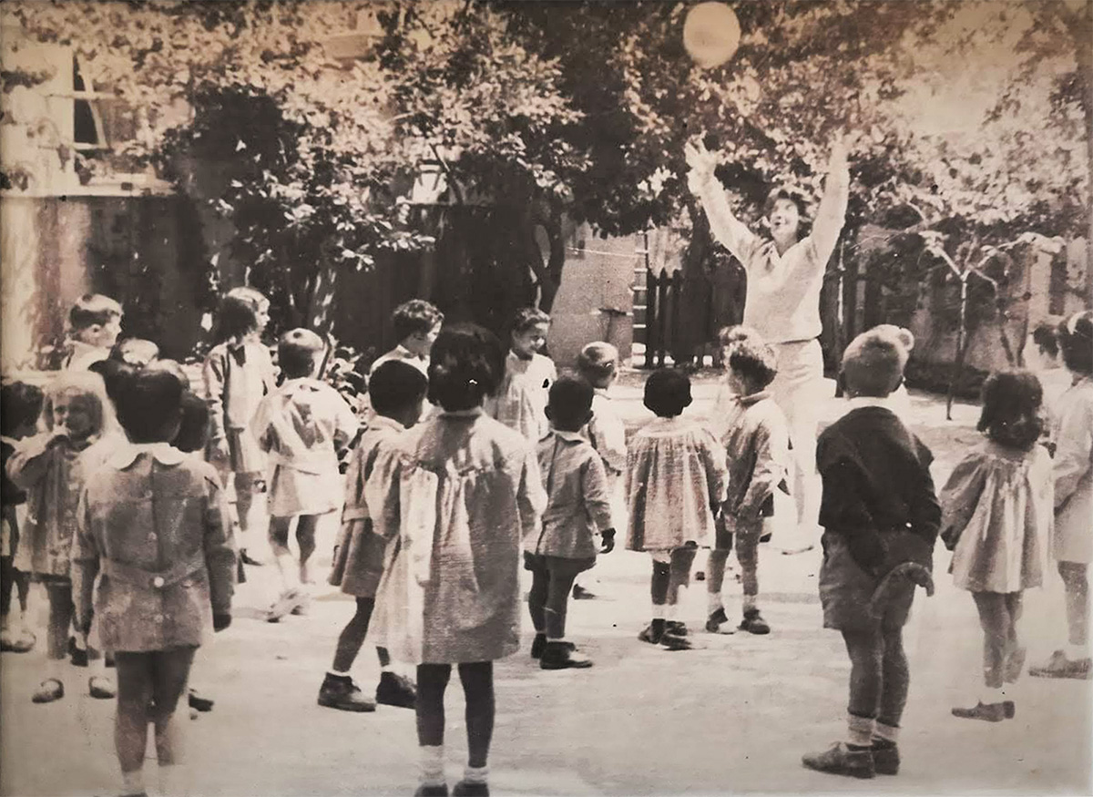Eulalia Galvarriato jugando con los niños del Liceo Serrano. 1950
